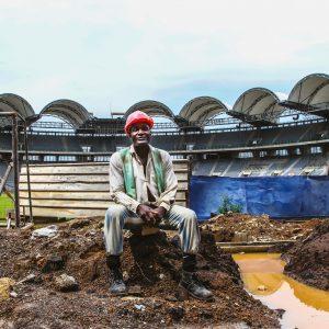 """Libreville, </br>les ouvriers du stade O.B.O.</br><span style=""""font-size:14px;"""">de Benjamin Poupel</span>"""